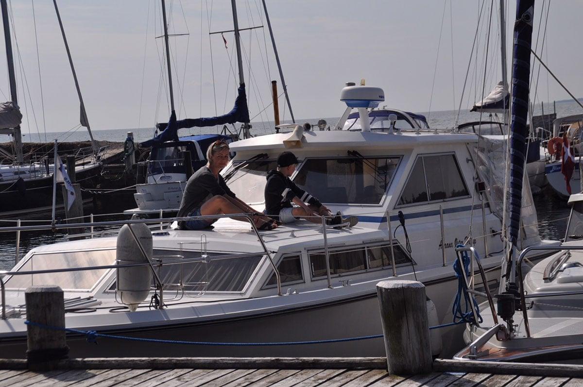 Personer på båd i Øster Hurup havn